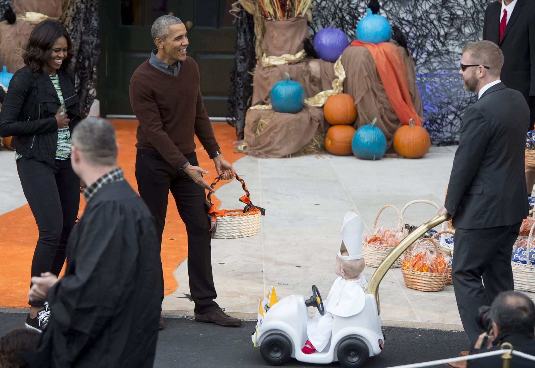 barack obama absolutely lost it over this kids cute halloween