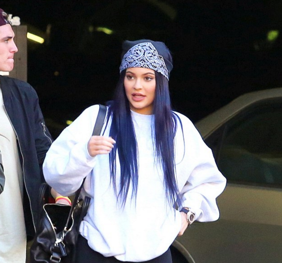 Taking To The 90s Trends Kylie Teamed Her Navy Purple Ish Locks With A Patterned Bandana Baggy White Jumper And Leggings Along Puma Runners It