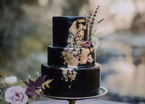 Black wedding cakes are the latest wedding trend and were in LOVE