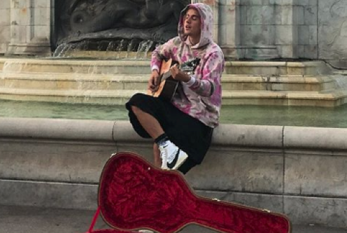 Justin Bieber Sang To Hailey Baldwin Outside Buckingham Palace, Because Why Not?